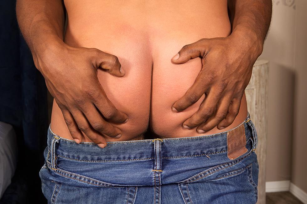 Sean-Cody-Landon-Duncan-White-Guy-Getting-Barebacked-By-A-Big-Black-Cock-Amateur-Gay-Porn-01.jpg